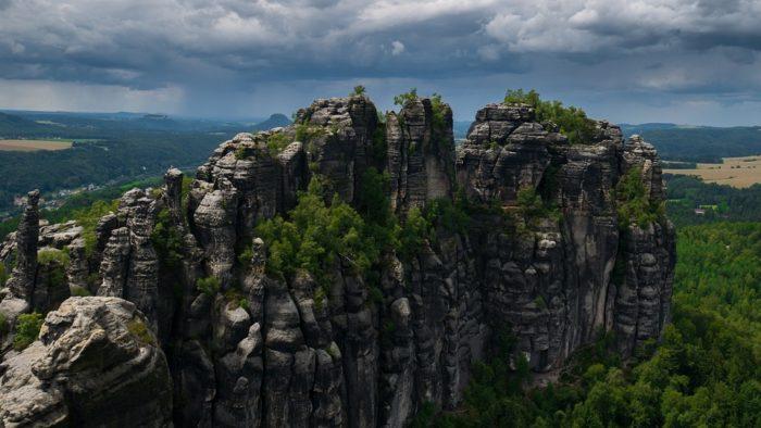 断崖絶壁の岩山