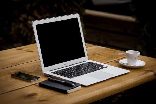 ノートパソコンとコーヒーと手帳